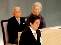 安倍晋三首相(前方中央)と天皇皇后両陛下(後方)(写真:ロイター/アフロ)