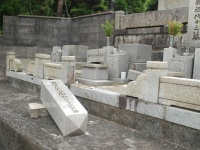 箕面市内の粟生霊園では墓石が倒れる(写真:日刊スポーツ/アフロ)