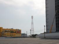 廃止が決まった船橋オートレース場。隣接地では巨大なテナントビルの建設が進んでいる