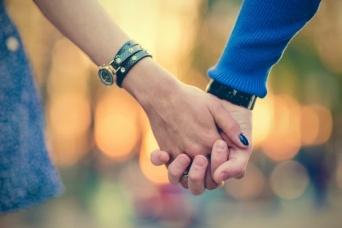 手を繋ぐ夢を見た理由は「チャンスや幸運の前兆」【夢占い】