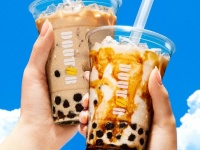 (写真手前)「タピオカ ~黒糖ミルク~」 (写真奥)「タピオカ ~ロイヤルミルクティー~」