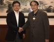 福永暢彦・木村屋総本店副社長(左)と筆者