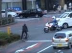 違反したスクーターを追跡する白バイ⇒ドンマイな出来事が起きる!