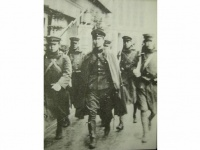 反乱軍の栗原安秀陸軍歩兵中尉(中央マント姿)と下士官兵(「Wikipedia」より)
