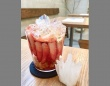 苺の水晶パフェ(砂虫隼さんのツイートより)
