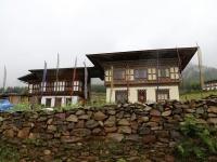 画像は、ブータンの伝統的な家屋。1階には牛などの家畜。2階に人が住む。