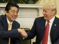 日米首脳会談での安倍晋三首相(左)とドナルド・トランプ大統領(右)(写真:ロイター/アフロ)