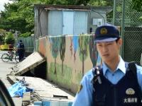 大阪北部地震でプールの外壁が崩れた高槻市立寿栄小学校の様子(写真:日刊スポーツ/アフロ)