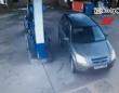 アルアルなのか?ガソリンスタンドで給油口の位置を合わせようとするも何度やってもうまくいかない女性ドライバー