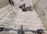 撮影しながら街中をマウンテンバイクで走行中、階段下に青年たちが…!