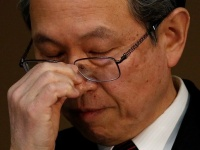 記者会見で決算発表再延期を陳謝する東芝の綱川智社長(ロイター/アフロ)