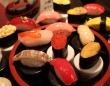 「スシ食いねェ!」を奏でながら、めっちゃリアルな寿司が回る! 小樽市のふるさと納税返礼品に反響