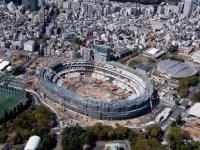 建設中の新国立競技場(写真:東阪航空サービス/アフロ)