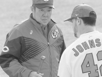 佐々岡真司投手コーチとクリス・ジョンソン