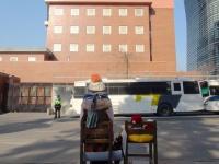ソウルの日本大使館(老朽化のため現在は隣のビルへ移転)を見つめる慰安婦のブロンズ像(「Wikipedia」より)
