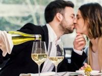 食事デートで「横並び席」or「向かい席」どちらがいい?