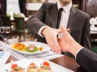 接待の飲食で心臓病を引き起こす?(shutterstock.com)