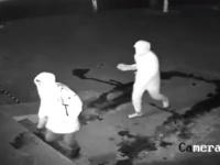 因果応報ってやつか?レンガで店の窓を壊して押し入ろうとした2人組の泥棒の末路はこの後すぐ!