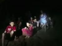 救助隊が公開した洞窟で発見された少年たちの様子