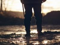 激しい雨の中、ずぶぬれになりながら見知らぬ葬列車に敬礼を捧げるひとりの兵士の姿(アメリカ)