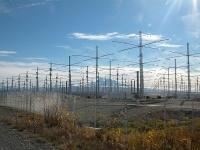 ※画像はアラスカにあるHAARPの施設 「Wikipedia」の記事より