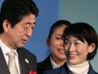 丸川珠代議員(右)と安倍晋三首相(写真:つのだよしお/アフロ)
