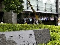 生活保護費の受給日に区役所に並ぶ人々