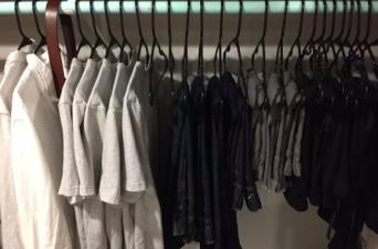 「私服の制服化」グレーのTシャツにジーンズ。毎日同じコーディネートを貫くミニマムな男(アメリカ)