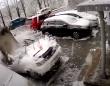 まさかそれが落ちてくるとは!頭上からコンクリートが落下、車の雪かきをしていた男性の危機一髪