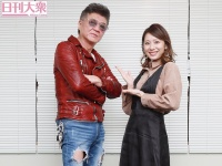 小沢仁志(左)と麻美ゆま
