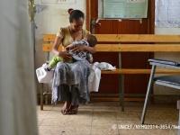 病院でカウンセリングの間に休憩を取り、母乳を与える母親。(エチオピア)(C)UNICEF_NYHQ2014-3654_Nesbitt
