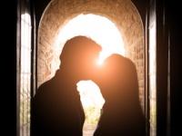 キスのとき「右」に頭を傾けているのは文化的な影響とは無関係だった(depositphotos.com)