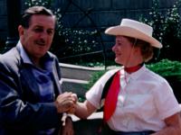 うちのおばあちゃんがウォルト・ディズニーと握手してるんだけど。1956年に撮影されたディズニーランドの貴重な映像