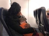 母の気持ちは母ならわかる。むずがる2人の子供を連れて飛行機に乗ろうとしていた女性を助けた3人の女性(アメリカ)