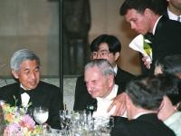 訪米しデビッド・ロックフェラー氏と会食する明仁天皇(Osamu Honda/アフロ)