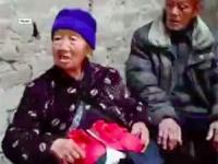 同居する85歳の夫とともに取材に応じる老婆