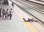 まさに電光石火! 電車にダイブしようとした女性を男性が救出!
