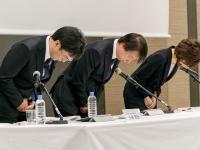 記者会見で謝罪するDeNA・守安功社長ら(Rodrigo Reyes Marin/アフロ)