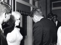 ケネディ大統領の誕生パーティー後、ケネディ兄弟と話すマリリン。画像:「Wikipedia」より