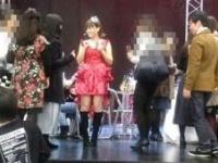 """主催のHappy氏がアイドル的衣装でホールに""""降臨""""すると、写真を希望する女性らが殺到!"""