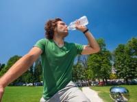 水分補給は「喉が渇いたから」では遅い(depositphotos.com)