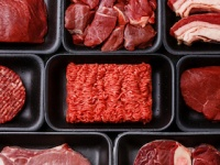 異様に鮮やかな赤色をした生肉は怪しい!?(shutterstock.com)