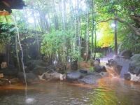 露天風呂にうたせ湯が落ちる滝の湯