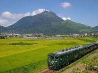 由布岳とトロッコ列車「TORO-Q」(2006年)(Wikipedia Commons