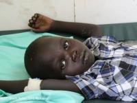 コレラに感染し、重度の脱水症状に陥っていた5歳の男の子。現在は治療を受け、回復に向かっている。©UNICEF South Sudan_2015_McKeever