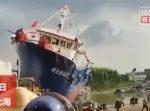 進水式のため、船を重機で押し出したらバランスを崩してしまい…!