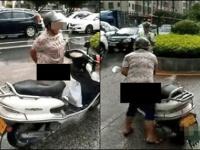 バイクのシートに、自らの排泄物を塗りたくった中年女性。この映像は中国全土に放映された(新浪新聞より)