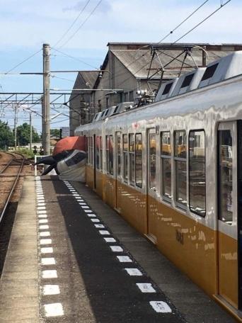 仏生山駅にお目見えしたスズメ・バルーン(以下、高松琴平電気鉄道提供)
