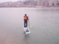 渋滞に巻き込まれないしショートカット余裕。パドルボードを漕いで揚子江を渡り通勤する男性(中国)