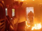 半壊状態の火災現場。ロシアの消防士が映した命をかけた消火活動は素晴らしい!